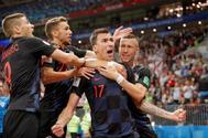 Mario Mandzukic celebra con sus compañeros tras marcar el 2-1.