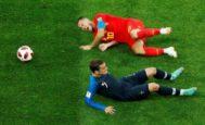 Hazard se duele ante Griezmann durante la semifinal de San Petersburgo.