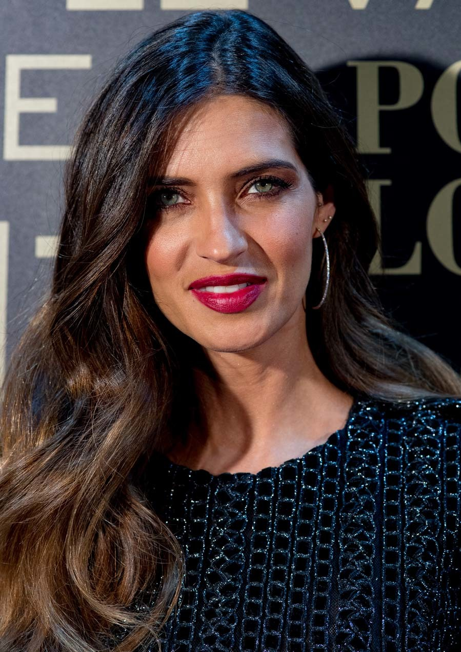 9ef5cf182715 Sara completó su look con unos pendientes de aro dorados