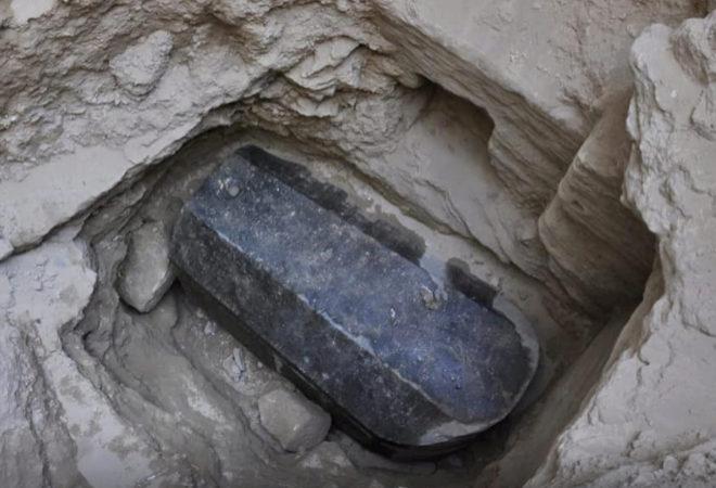 EGIPTO: Hallan un enorme sarcófago de granito negro que lleva más de 2.000 años sin ser abierto
