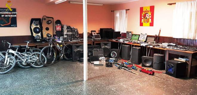 Los objetos recuperados se encuentran expuestos al público en el Cuartel de la Guardia Civil de Burriana, de lunes a viernes en horario de 11 a 13 horas.