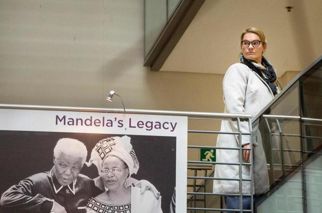 El ex presidente sudafricano Nelson Mandela, en una imagen junto a su esposa.
