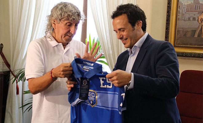 Mágico, con el alcalde de Cádiz, durante el acto del jueves en el Ayuntamiento.