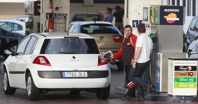 Un conductor repostando un vehículo diésel