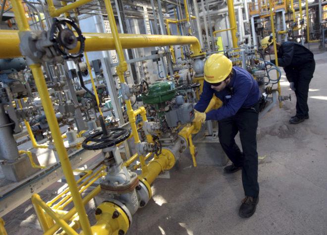 Dos empleados de Cepsa trabajan en una de las refinerías de la petrolera española en España.