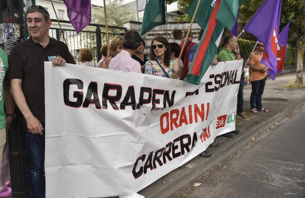 Representantes sindicales participan en una protesta en las puertas de la dirección de Osakidetza en Vitoria.