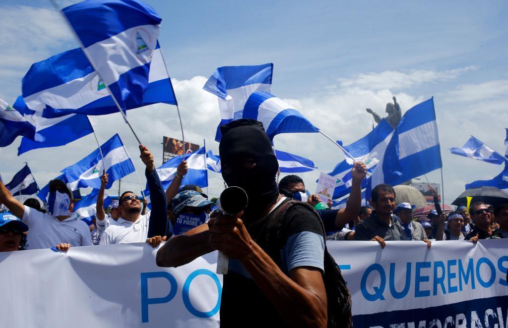 Un manifestante apunta con mortero casero durante una protesta en Managua.