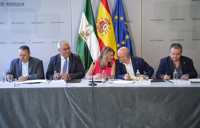 Susana Díaz, el consejero de Economía y Administración Pública, Antonio Ramírez de Arellano, y los representantes de los sindicatos, durante la firma del acuerdo.