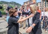 Soraya Sáenz de Santamaría saluda a Marimar Blanco en Ermua,...