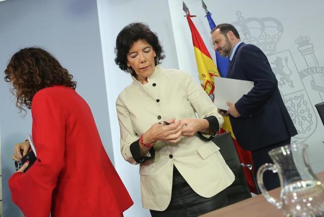 Isabel Celaá y los ministros Montero y Ábalos, tras la rueda de prensa de este viernes en Moncloa.