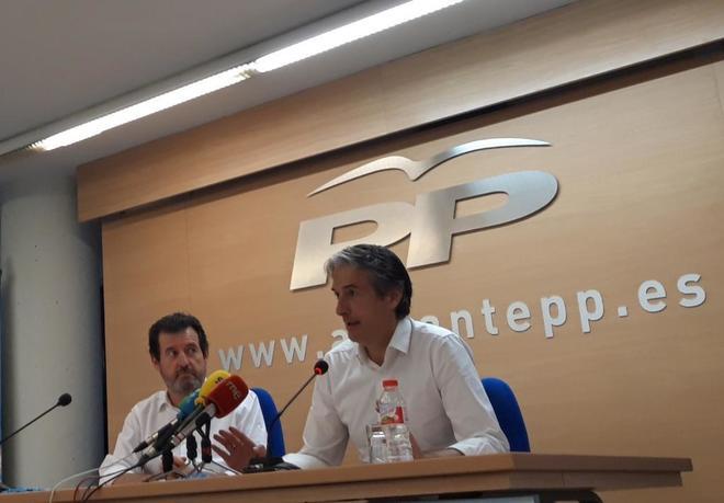 Íñigo de la Serna, ayer en  la sede del PP de Alicante con José Císcar.