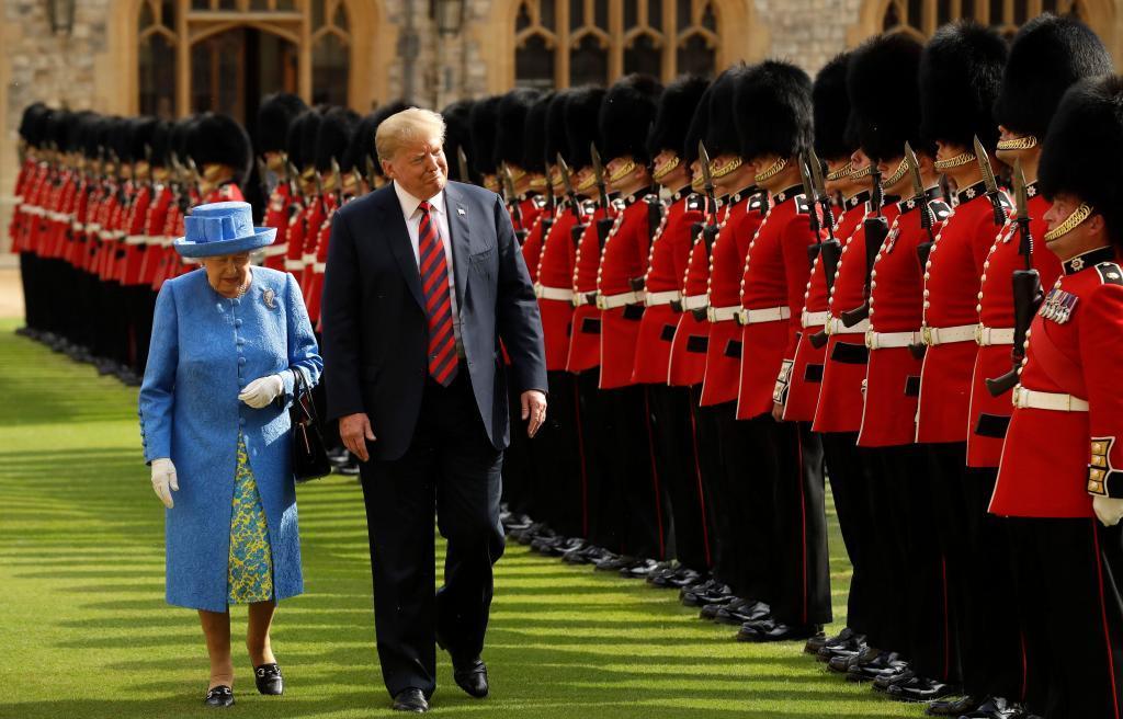 La reina Isabel II y el presidente Donald Trump inspeccionan la...