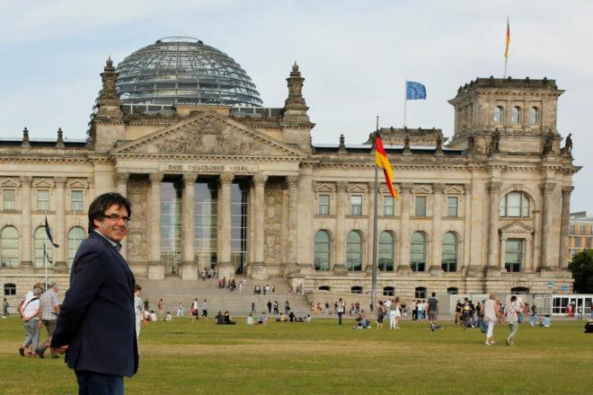 Carles Puigdemont pasea por el Parlamento alemán de Berlín.