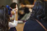Una alumna levanta la mano en un colegio de la Comunidad de Madrid.