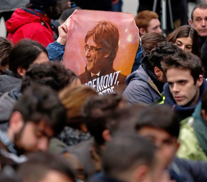 Un manifestante sostiene una pancarta con la imagen del ex 'president'...