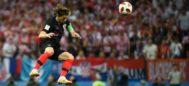 Modric, en un balón aéreo, durante la semifinal ante Inglaterra.