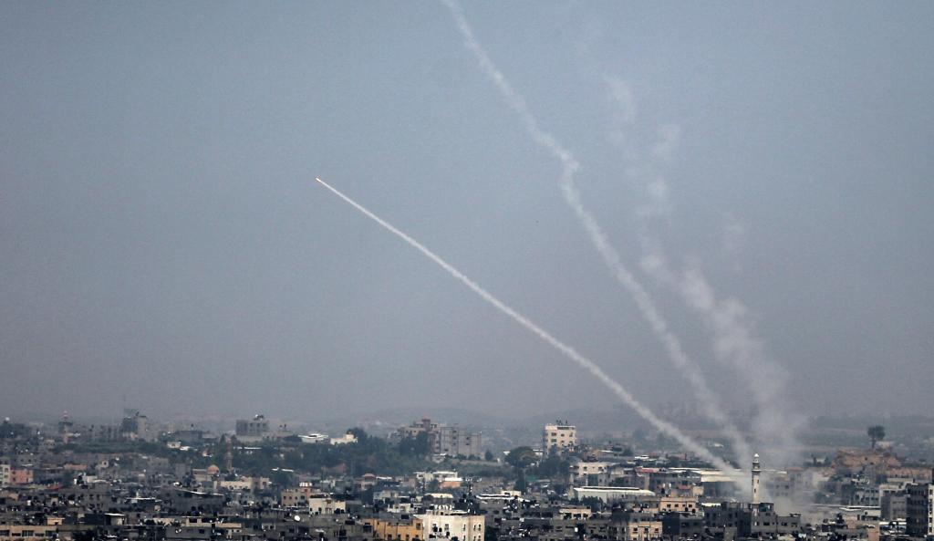 Cohete palestino lanzado desde Gaza contra Israel, este sábado.