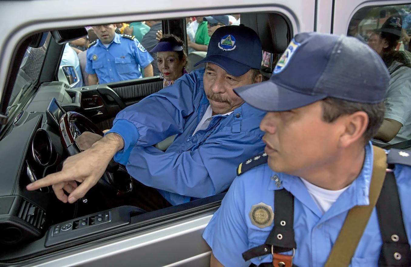 El presidente de Nicaragua, Daniel Ortega, señala a un simpatizante sandinista en la ciudad de Masaya.