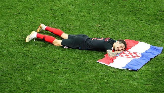 Vrsaljko, sobre una bandera de Croacia, tras confirmarse su clasificación para la final.