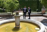 Sánchez muestra a Torra la fuente de Antonio Machado en su paseo por...