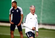 Deschamps, junto a Mbappe, durante un entrenamiento de Francia.