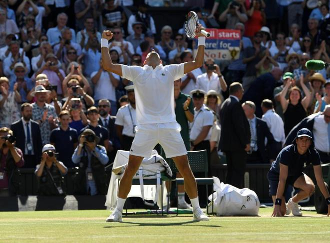 Novak Djokovic celebra su cuarto título de Wimbledon.