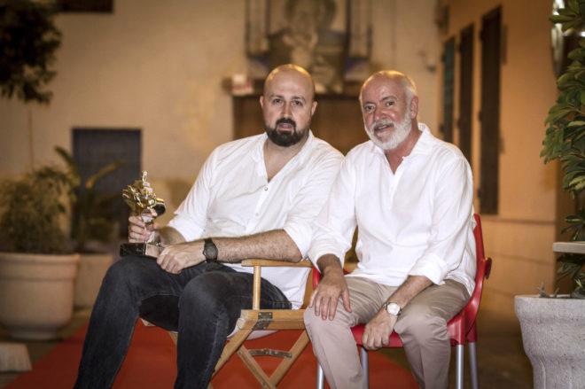 Sergy Moreno, productor del corto 'Australia', con el director del festival, Juan Luis Iborra, tras la gala de clausura del certamen  cinematográfico.