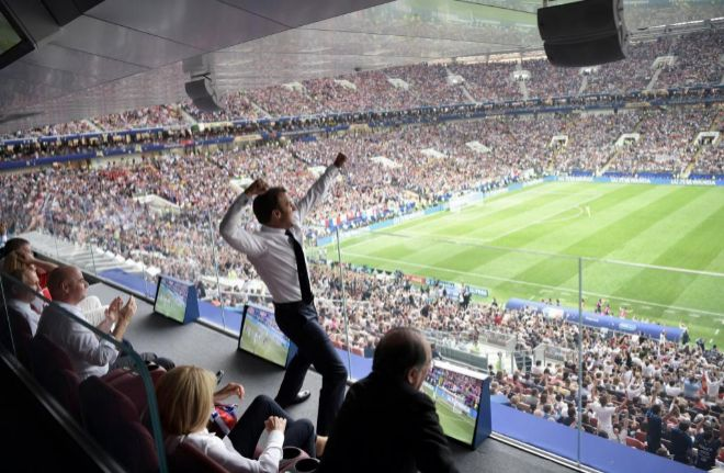 Macron celebra un gol de Francia en el palco.