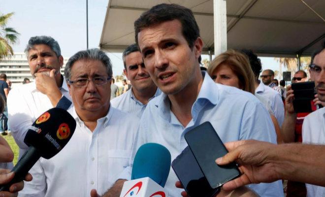 César Sánchez, Pablo Casado y Luis Barcala, con una horchata en el kiosko Peret de Alicante. MANUEL LORENZO