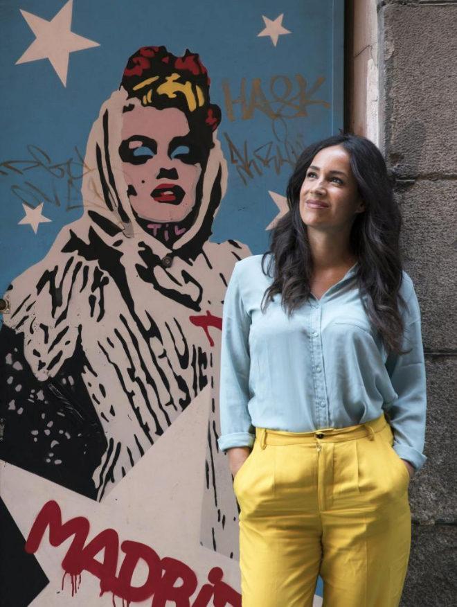 Begoña Villacís junto a un mural de Marilyn Monroe vestida de...