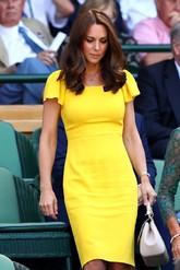 La duquesa de Cambridge ha apostado por el amarillo, con un vestido...