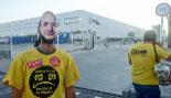 Un trabajador en huelga porta una careta con el rostro de Jeff Bezos.