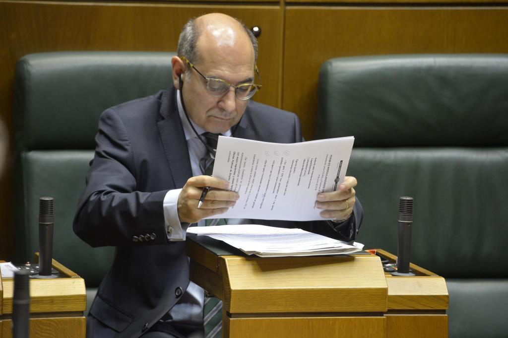 El consejero Jon Darpón en el escaño del Parlamento.