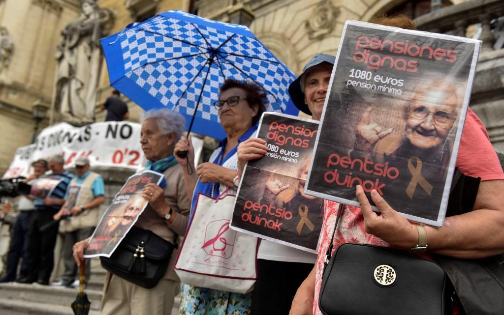 Aspecto de la concentración de los pensionistas ante el Ayuntamiento bilbaino.