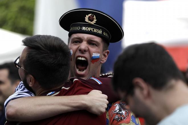 Aficionados rusos animan a la selección de su país durante el partido contra Croacia.