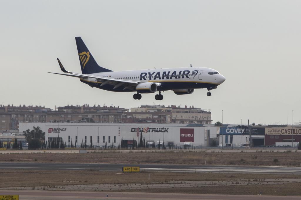 Avión de Ryanair en el aeropuerto de Manises (Valencia).