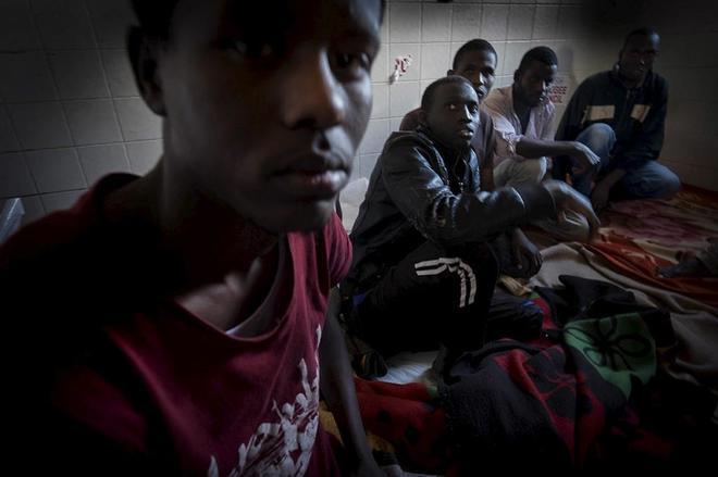 Al menos ocho inmigrantes mueren asfixiados en un camión frigorífico en Libia