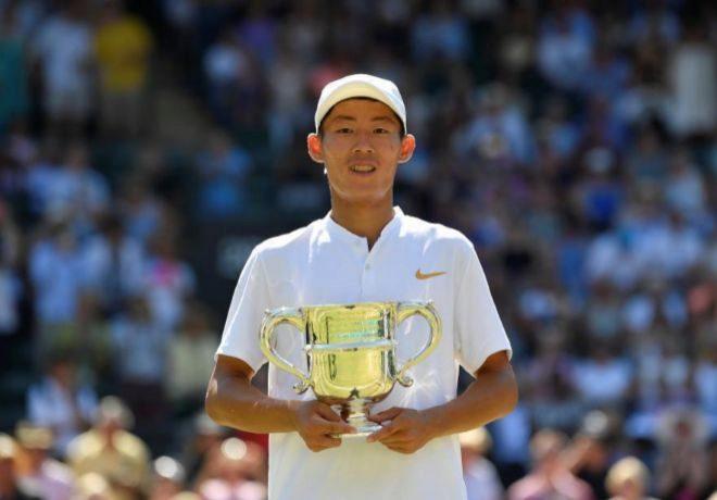 Chun Hsin Tseng celebra con el trofeo de Wimbledon de la categoría Junior.