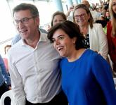 La candidata a presidir el PP, Soraya Sáenz de Santamaría, y el...