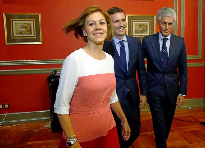 La ex secretaria general del PP, María Dolores de Cospedal junto a...