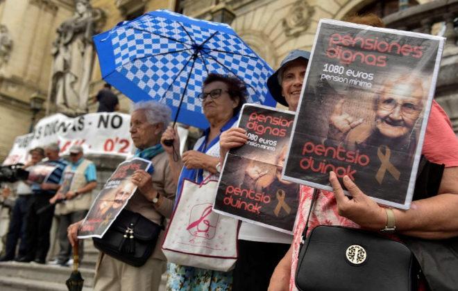 Un grupo de pensionistas se manifestó ayer en Bilbao, como cada lunes, para exigir pensiones dignas.