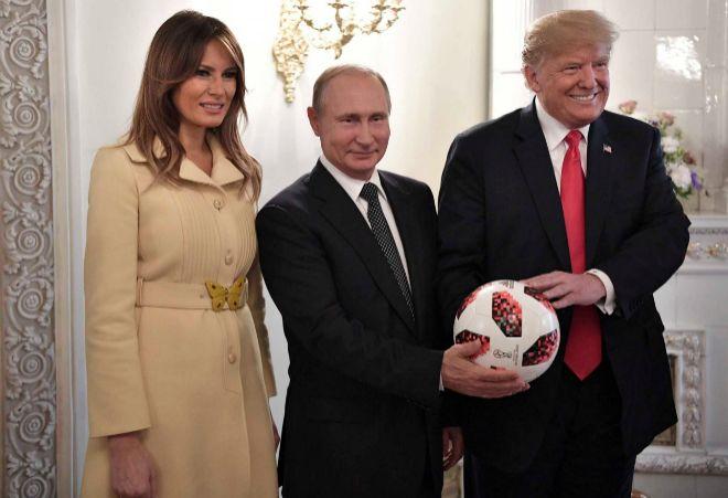 Los Trump posan con Putin y el balón que éste regaló a su homólogo estadounidense.