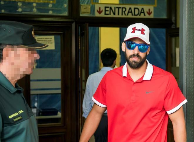 El guardia civil de La Manada sale de los Juzgados de guardia de Sevilla.