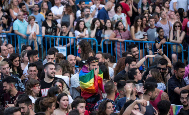 Asistentes a las fiestas del Orgullo durante la gala de Mister Gay Pride, en la Puerta del Sol.