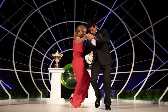 Novak Djokovic y Angelique Kerber, ganadores de Wimbledon, bailan en la cena de los campeones.