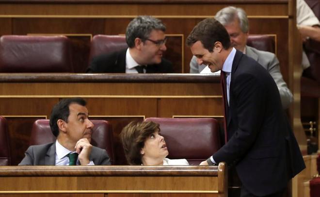 Pablo Casado habla con Soraya Sáenz de Santamaría y Fernando Martínez Maíllo