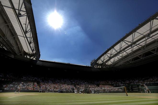 Djokovic y Anderson, en la pista central de Wimbledon durante la final.