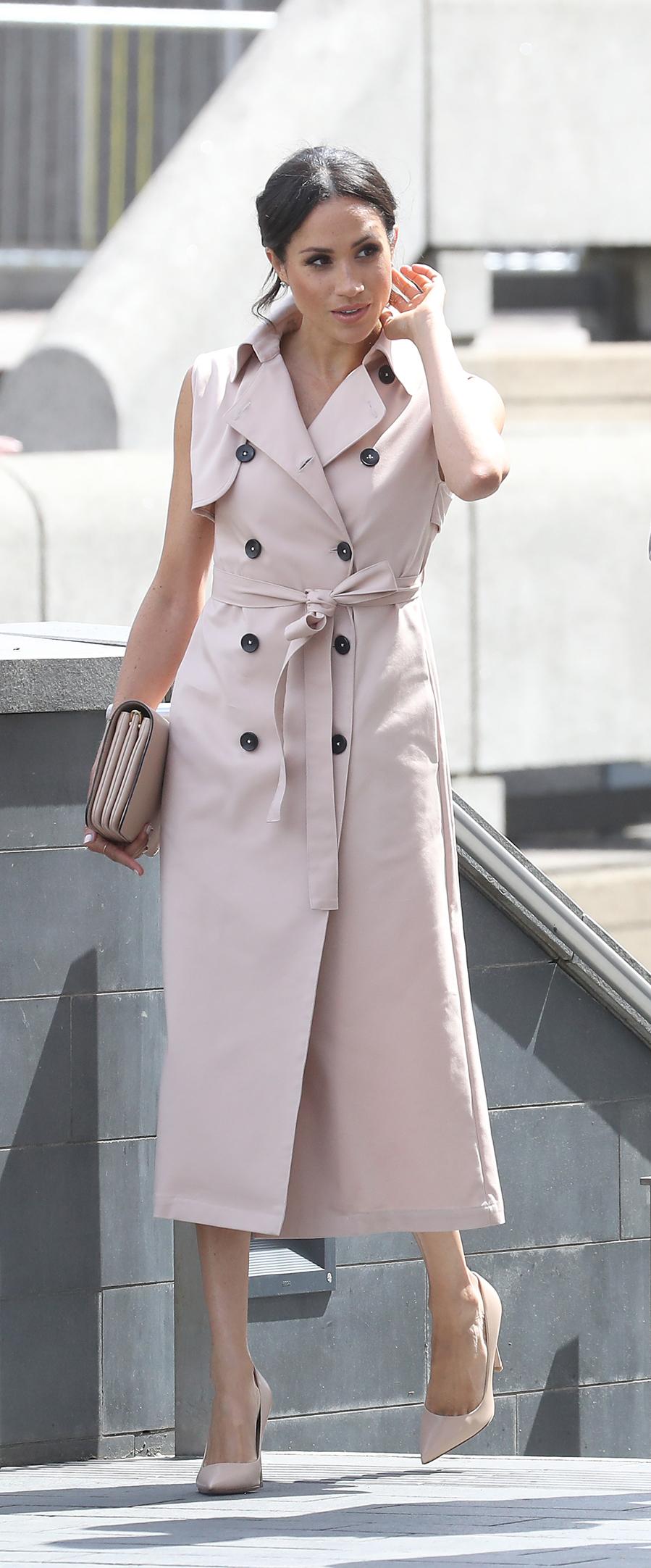 La duquesa de Sussex ha apostado por un trench sin mangas en rosa...