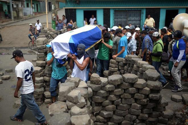 Familiares llevan el ataúd de Jose Esteban Sevilla, fallecido durante los choques en Monimbo, Masaya.