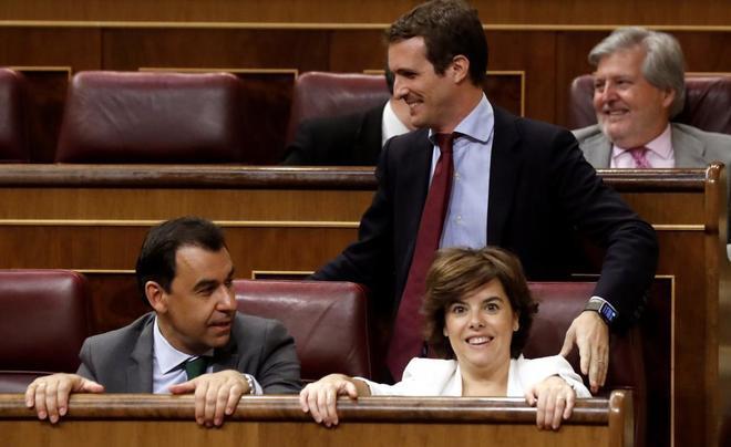 Pablo Casado pasa por detrás del escaño de Soraya Sáenz de...